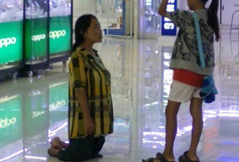 Mẹ quỳ gối xin lỗi con vì không có tiền mua iPhone